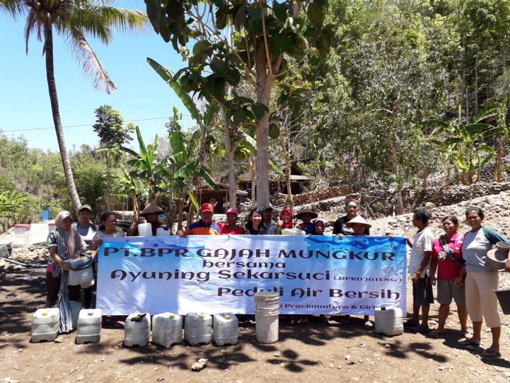 BPR Gajah Mungkur Bagikan Air Bersih Di Wilayah Pracimantoro dan Giriwoyo.