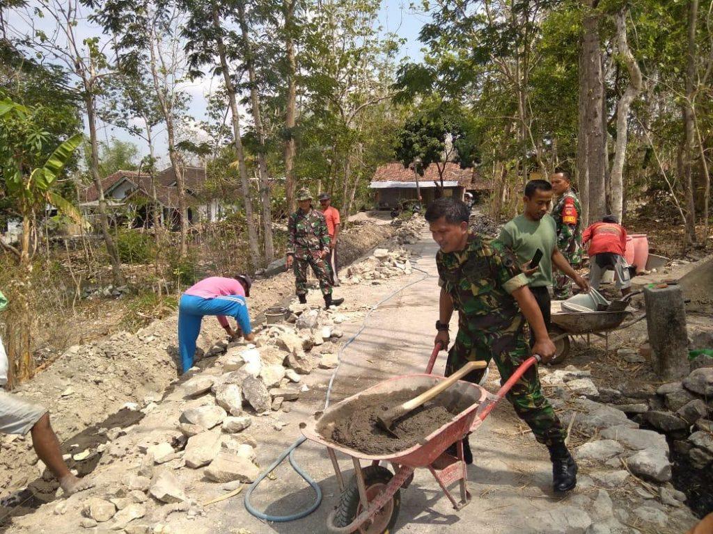 Kurangi Beban Pekerjaan, Anggota Koramil 11/Manyaran Bantu Warga Pembuatan Talud