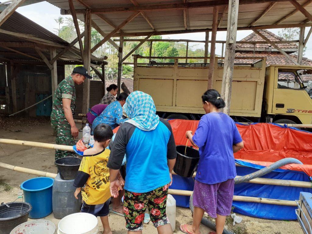 Kopda Suyanto Bersama Perangkat Desa Bantu Salurkan Pemberian Bantuan Air Bersih