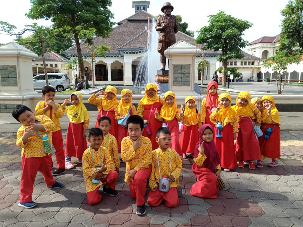 "Outing Class ""My Trip With Werkudara and Mayapada Bus"", Siswa KB TK Surya Mentari"