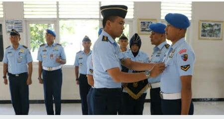 Kepala Dinas Operasi Lanud Adi Soemarmo Letkol Nav Muhammad Jausan, S. Pd., M. Eng. selaku Inspektur Upacara saat menanggalkan tanda siswa kepada perwakilan siswa.