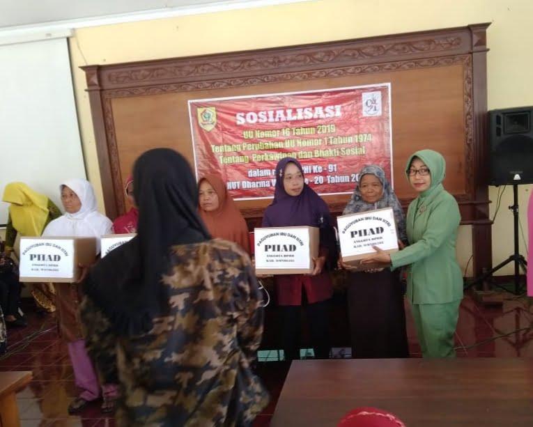 Anggota Persit KCK Cabang XLIX Dim 0728/Wonogiri Ikuti Baksos Dan Sosialisasi UU Perkawinan Di Karangtengah