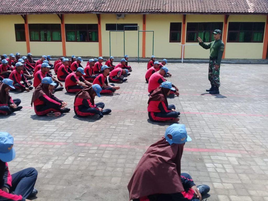 Begini Cara TNI Membentuk Karakter OSIS SMKN I Bulukerto