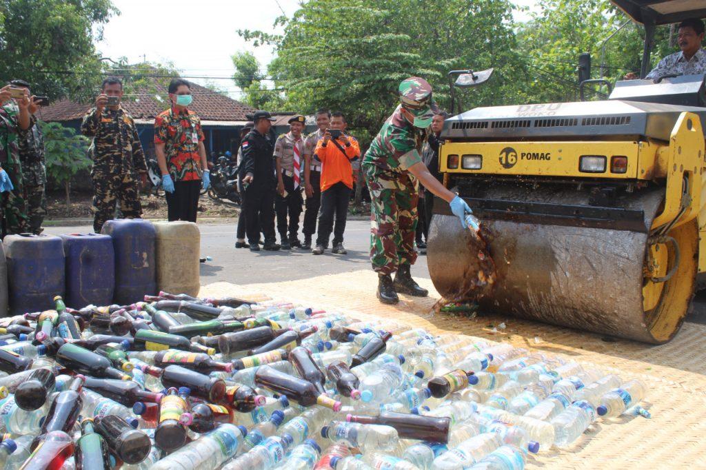 Kasdim 0728/Wonogiri Hadiri Pemusnahan Barang Bukti Miras Hasil Kegiatan Kepolisian yang ditingkatkan Polres Wonogiri