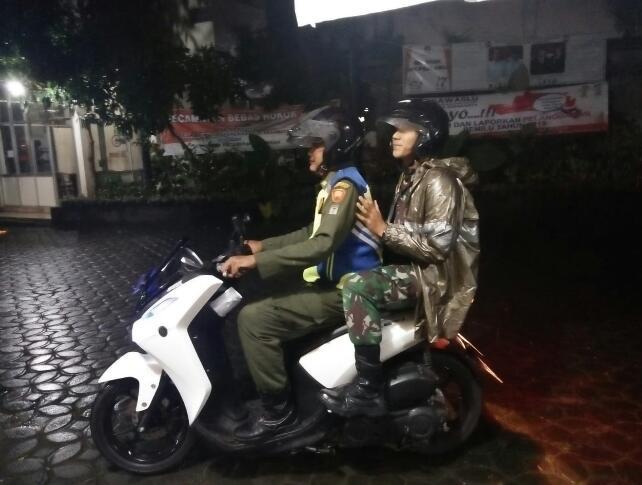 Guyuran Hujan Tidak Surutkan Piket Koramil 03/Serengan Untuk Patroli Malam