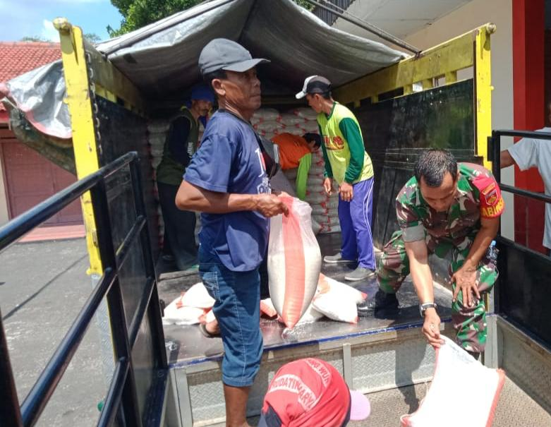 Penyaluran Bansos Rastra Sebanyak 4.070Kg, Di Awasi Langsung Oleh Babinsa