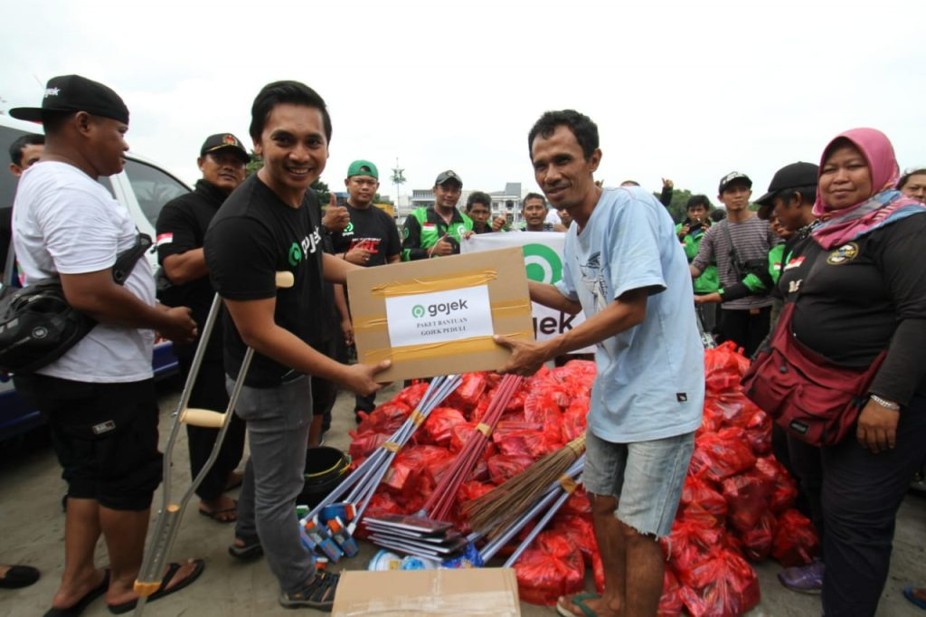 Ratusan Relawan Mitra dan Karyawan Gojek Turun Langsung Salurkan Lebih dari 4.000 Paket Bantuan kepada Korban Bencana Banjir Jakarta dan sekitarnya