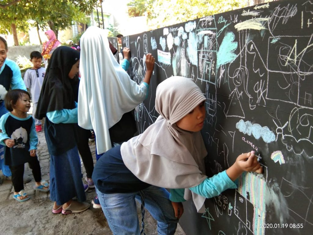 Belasan Anak Menggambar Bareng Media Triplek sebagai Syukuran atas Renovasi Pembangunan Masjid Baiturrohman