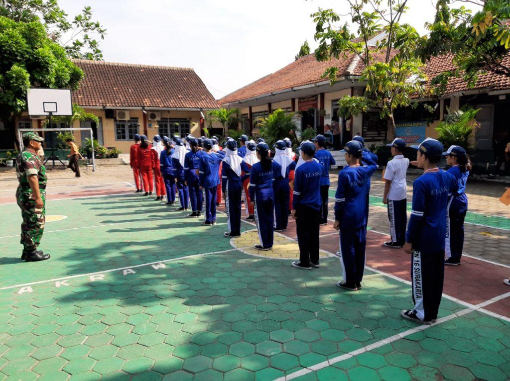 Tingkatkan Disiplin Siswa Siswi SMPN 16 Surakarta Pelda Yasir Latih PBB