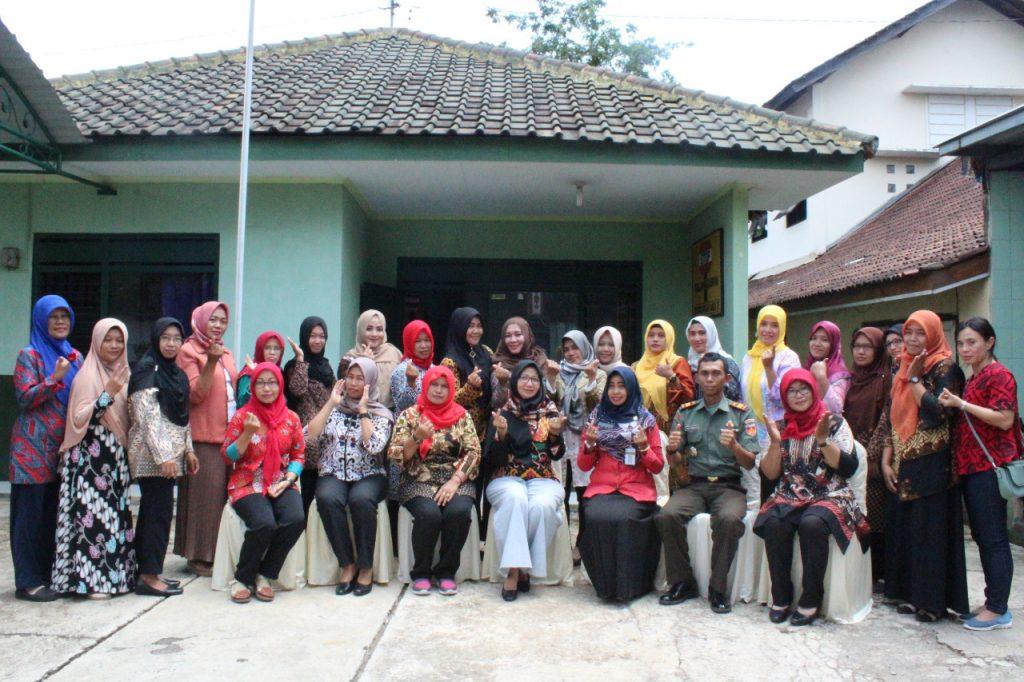 Jalin Silaturahmi, Ketua Persit KCK Cabang XLIX Kunjungi Anggota Persit Jajaran