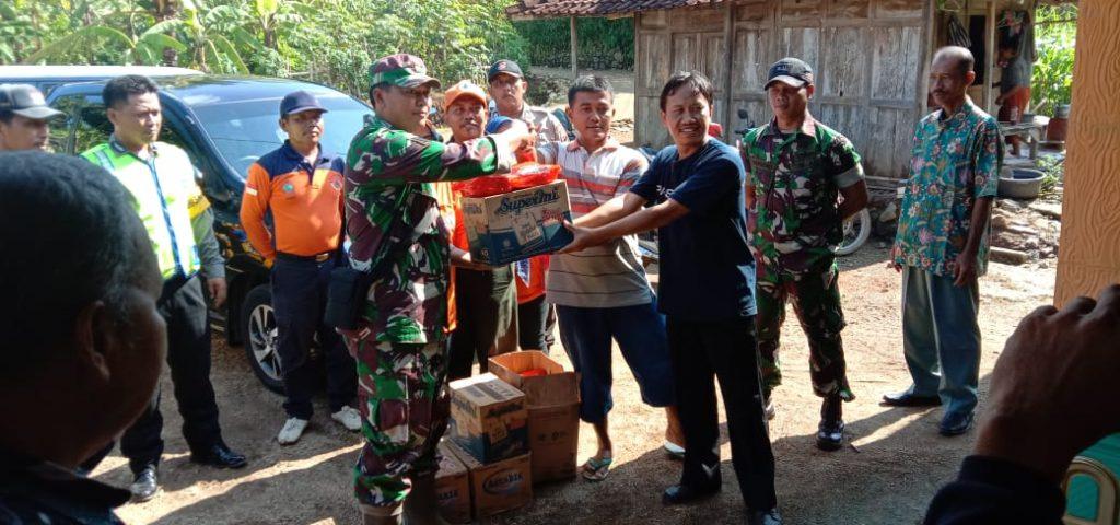 Pasca Angin Puting Beliung, Anggota Koramil Gotong Royong Bersihkan Puing Rumah Roboh