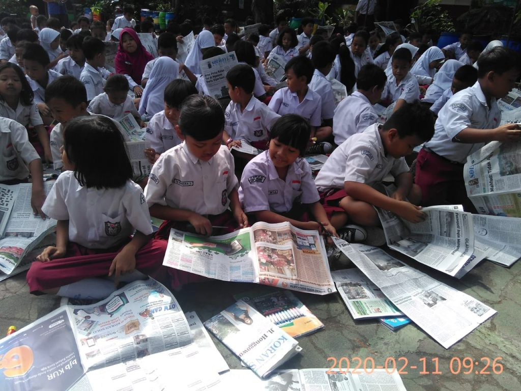 Menyusun Kliping Secara Massal, Komunikotavisual Ajak Seratusan Siswa SD Tugu Jebres, Surakarta Beraksi untuk Peringati Hari Pers Nasional 2020