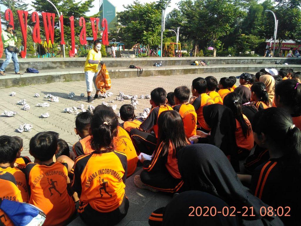 Aksi Komunikotavisual Peringati Hari Peduli Sampah Nasional (HPSN) Tahun 2020 Ajak Massal Siswa SD Bersihkan Taman Jayawijaya, Mojosongo