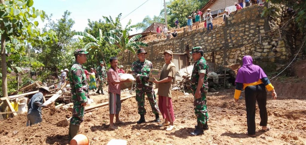Tanggap Bencana, Danramil 11/Manyaran Pimpin Karya Bakti Tanah Longor
