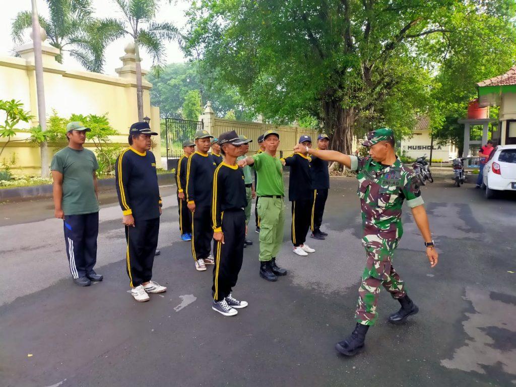 Tingkatkan Disiplin Linmas, Serka Eko S Latih PBB
