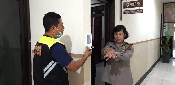 Antisipasi Penyebaran Pandemi Corona, Polres Wonogiri Pasang Hand Sanitizer