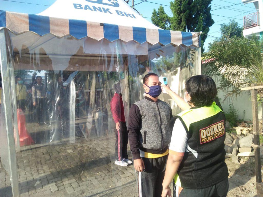 Salah satu anggota saat melakukan scaner suhu di depan mako Polres Boyolali (foto:istimewa)
