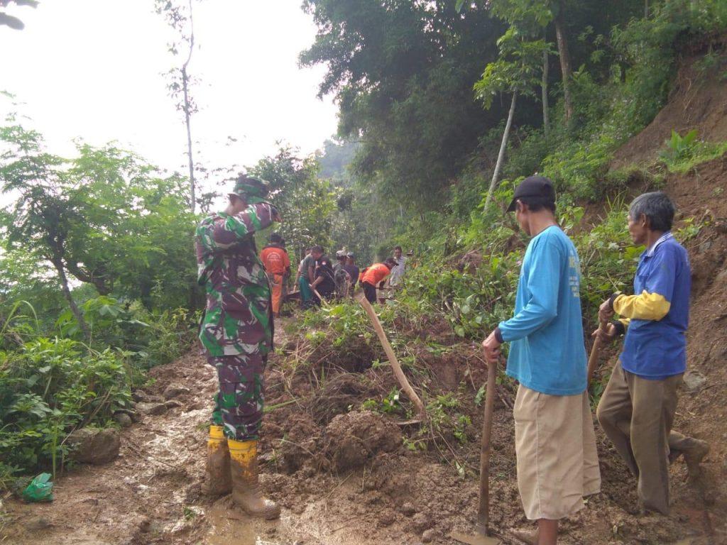 Longsor Setinggi 15 Meter Menutupi Ruas Jalan, Ini Yang Dilakukan Babinsa Bersama Relawan