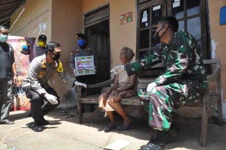 Sinergitas TNI Polri dan BPBD , Bagikan 500an Sembako Pada Warga Miskin