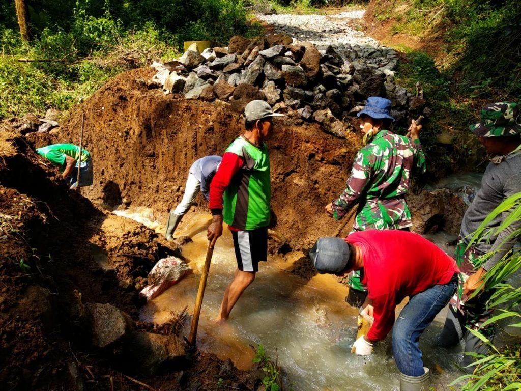 Cuaca Tak Menjadi Kendala Bagi Anggota Kodim 0728/Wonogiri Selesaikan Program TMMD
