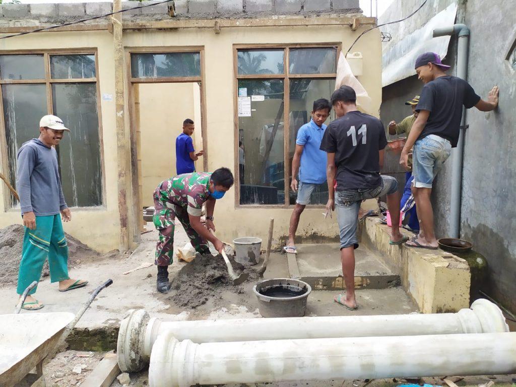 Babinsa Sukorejo Bersama Warga Kebut Pembangunan RTLH Milik Darmin
