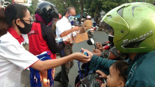 Perindo saat bagikan paket takjil dan masker (foto:Perindo)