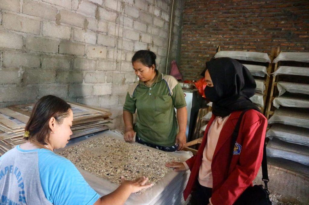 Photo of KKN Unisri Sosialisasikan Pembukuan Usaha dan Branding Makanan Khas Wonogiri Thiwul, Tempe, Ampyang.