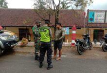 Photo of Tak Hanya Menegur, Anggota Gabungan Kecamatan Karangtengah Memberikan Masker Kepada Para Pelanggar Gakplin Protkes