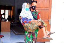 Photo of TNI Bopong Seorang Lansia Saat Penyaluran BLT