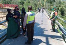 Photo of TNI Polri Tertibkan Pengunjung Kawasan Wisata Jembatan Gantung Desa Jrakah