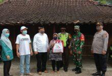 Photo of Sertu Ali Imran Babinsa Sumberejo Pemantauan Pembagian Sembako Presiden RI