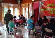 Photo of Yakinkan Aman, Serka Suryanto Turun Langsung Amankan Pembagian BST di Wilayahnya
