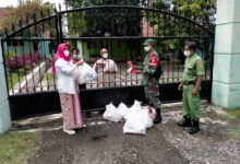 Photo of Serka M Nasirin Bersama Lurah Setempat Salurkan Bantuan Sembako Kepada Warga Yang Melaksanakan Masa Karantina