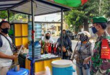 Photo of Penerapan AKB, Serda Eko Bersama Linmas Berikan Pemahaman Kepada Pedagang Dan Pembeli Di Tempat Kuliner